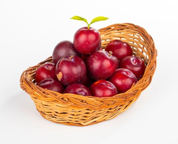 Prune cerise rouge sur fond blanc