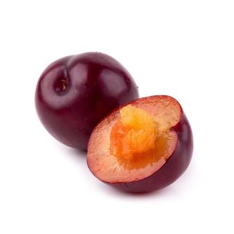 Prune de cerise rouge isolé sur fond blanc
