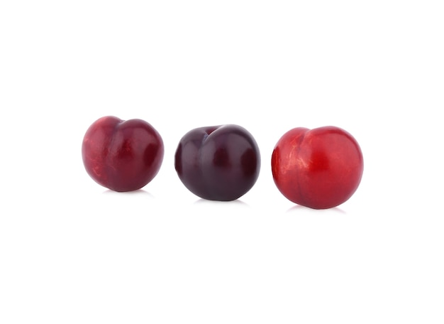 Prune cerise rouge isolée