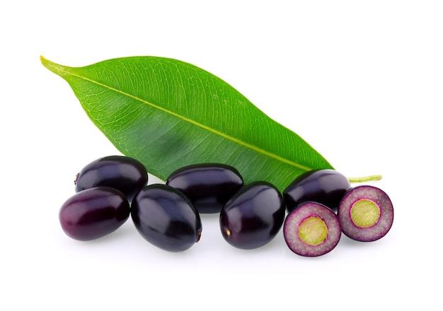 Prune jambolan ou prune de java sur fond blanc