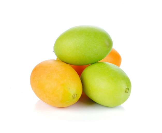 Prune mariale ou fruits de maprang de thaïlande isolés