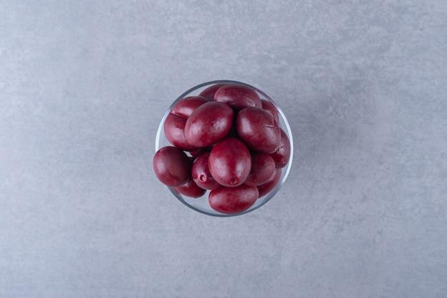 Prune marinée délicieuse, sur le fond de marbre