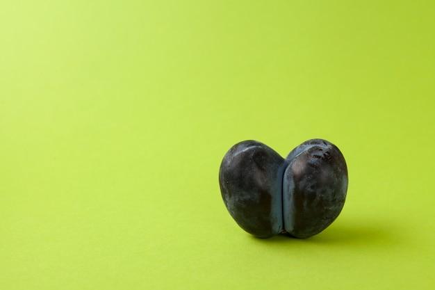 Prune moche mûre ou pruneaux cultivés ensemble.