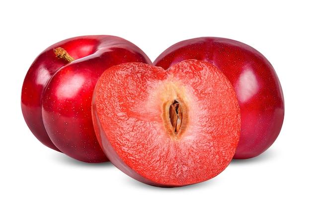 Prune rouge et moitié isolé sur fond blanc