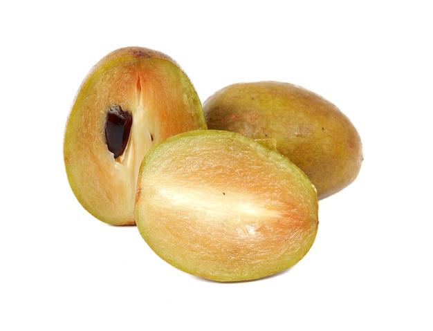 Prune sapotille fraîche avec cut on white