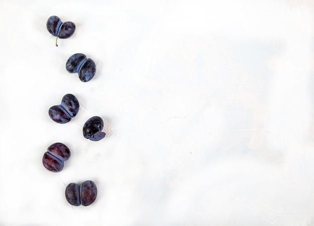 Prunes d'accrétes drôles laides sur fond clair. mise à plat. copiez l'espace.