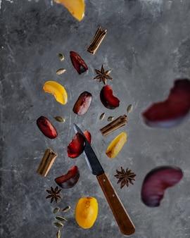 Prunes aux épices de cannelle, cardamome et anis en vol