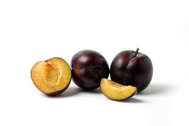Prunes de cerises noires entières et tranchées