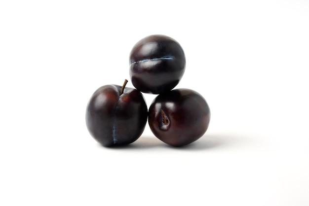 Prunes de cerises noires isolés sur blanc