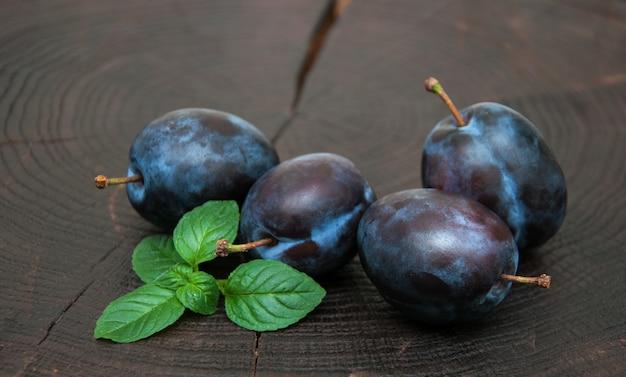 Prunes avec des feuilles