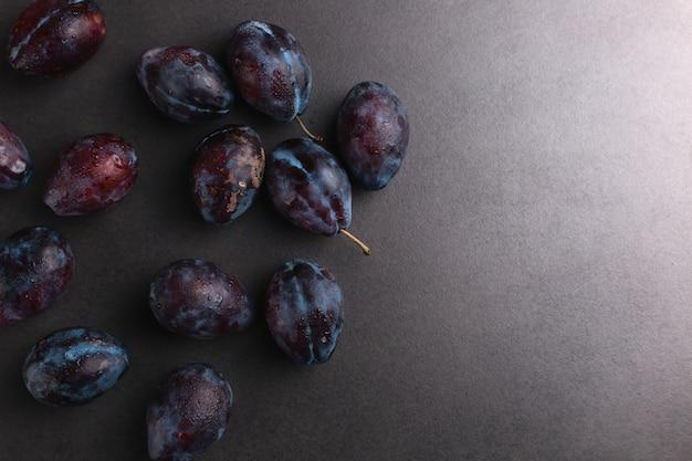 Prunes fraîches qui mettent l'eau à la bouche, été, fond.
