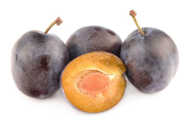 Prunes isolés sur blanc