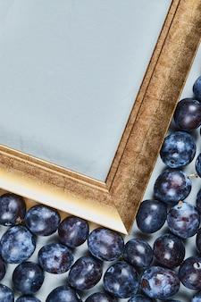 Prunes de jardin autour du cadre photo. photo de haute qualité