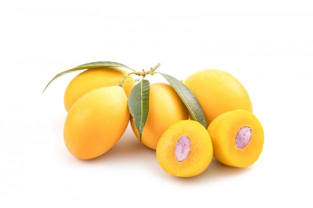 Prunes mariennes jaunes fraîches