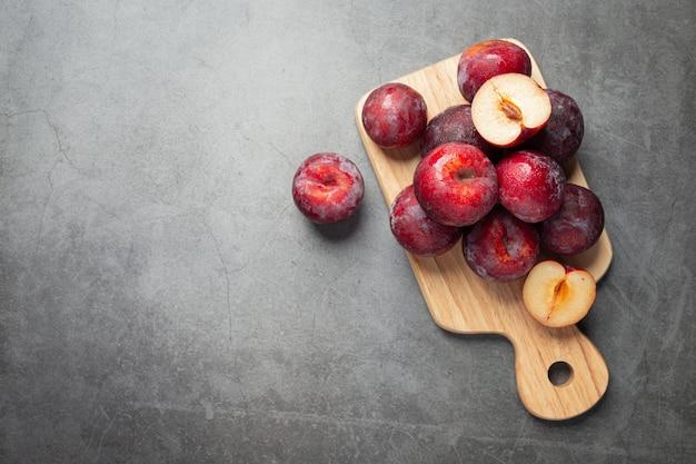 Les prunes mises sur une planche à découper en bois