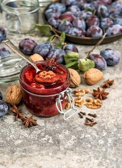 Prunes noix marmelade épices en pot confiture de fruits