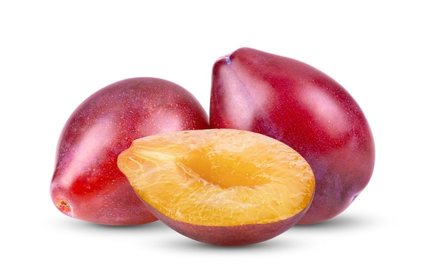 Prunes prunes pruneaux fruits isolé sur fond blanc