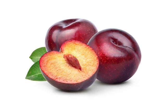 Prunes rouges isolés sur fond blanc