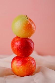 Prunes sucrées sur textile et surface rose