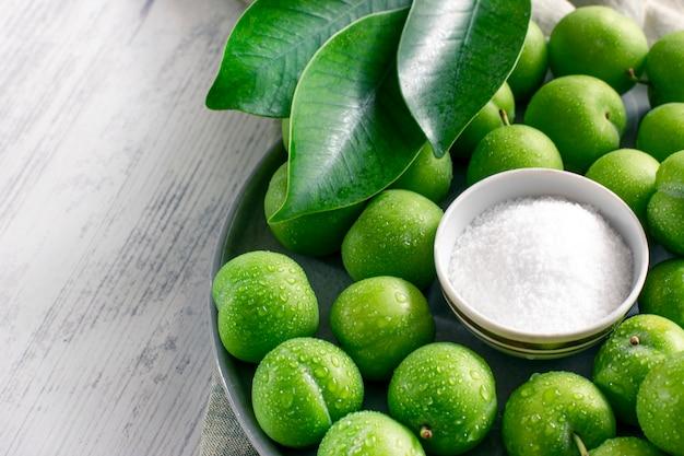 Prunes vertes aigres vertes avec du sel
