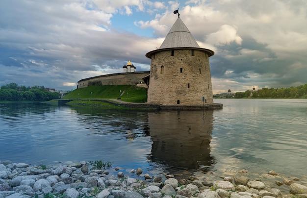 Pskov kremlin, russie, avant le coucher du soleil, et cloudscape., au confluent de deux rivières, la grande et pskov.