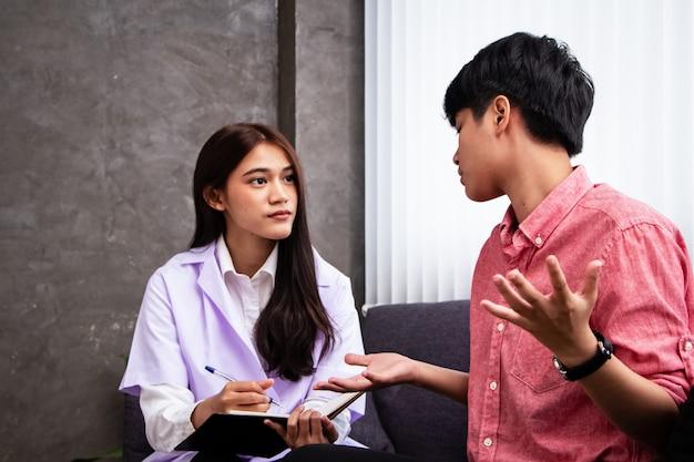 Le psychiatre parle avec les gens stressés, consulte pour le plan de traitement