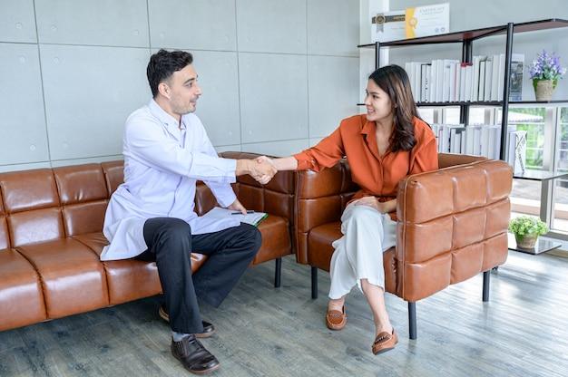 Le psychiatre soigne le patient qui a été stressé par le gros problème