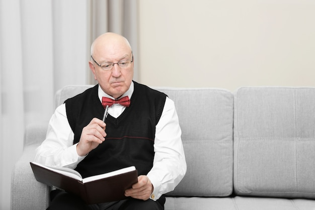 Psychologue âgé au travail