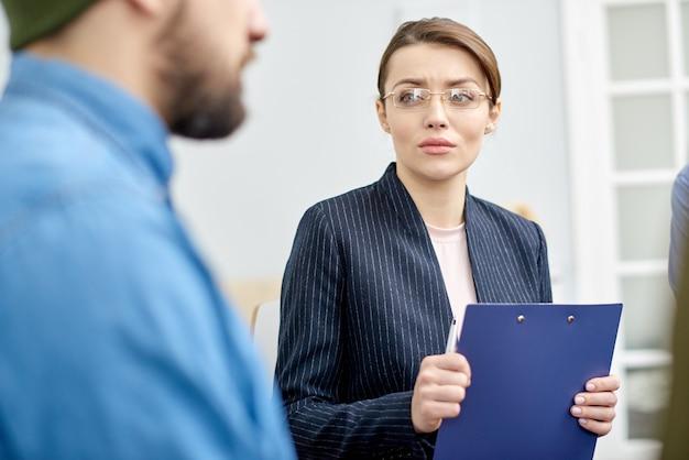 Psychologue attrayant travaillant avec le patient