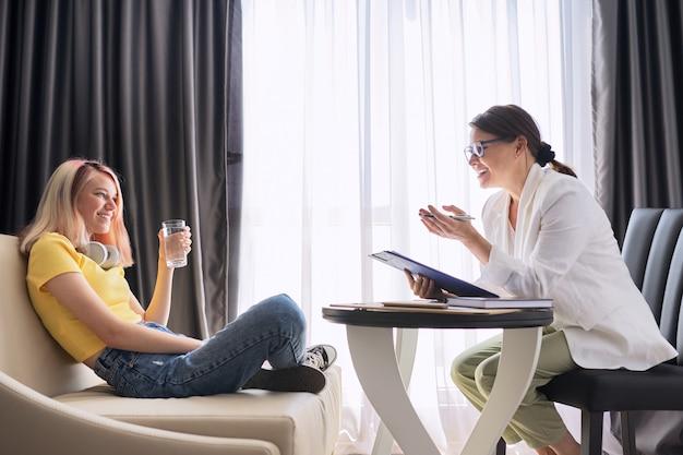 Psychologue conseillant une adolescente au bureau. visite et conseil d'un thérapeute mental et social professionnel. psychologie, adolescent, problème, traumatisme, concept de santé mentale des adolescents