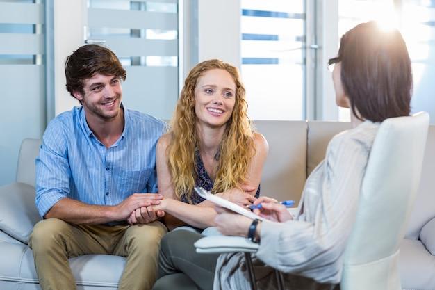 Psychologue et couple heureux