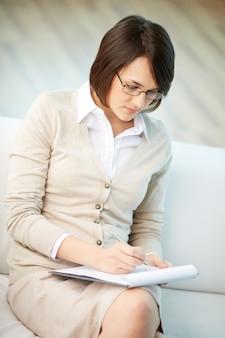 Psychologue écriture très concentré