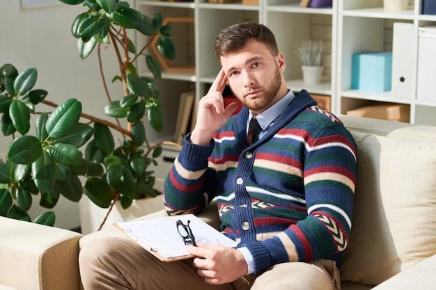 Psychologue moderne dans son bureau