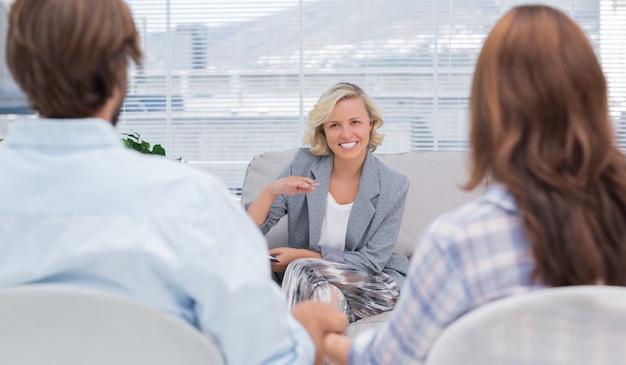 Psychologue parlant à un couple