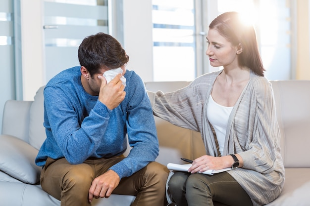 Psychologue réconfortant un homme déprimé