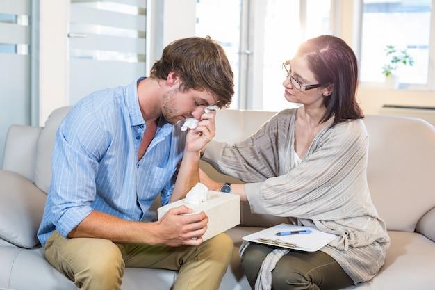 Psychologue réconfortant un patient dépressif
