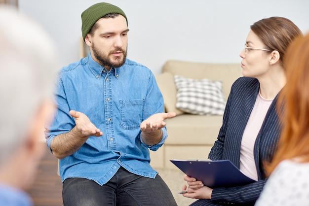 Psychologue de talent enveloppé dans son travail
