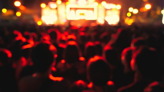 Public coloré abstrait en concert public.