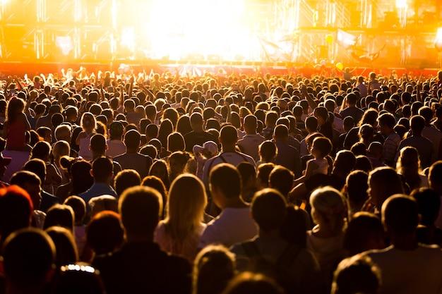 Public lors d'un festival de musique et lumières venant du dessus de la scène. mise au point douce,