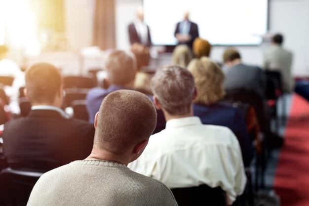 Public à la salle de conférence