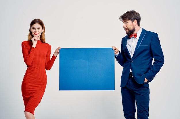 Publicité de présentation d'affiche de maquette bleue homme et femme