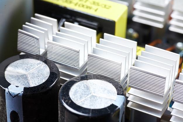 Puce, condensateurs, résistances sur une carte d'ordinateur