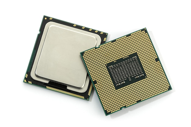 Puce de processeur d'ordinateur isolé sur fond blanc. unité centrale de traitement