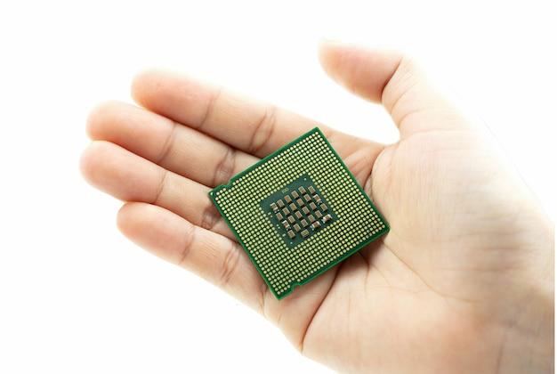 Puce de processeur vue arrière cpu réaliste à la main sur fond blanc
