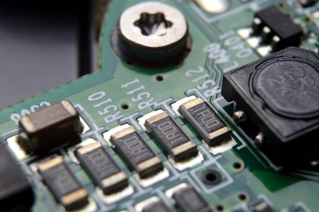 Puces sur un circuit imprimé. système électrique.