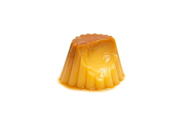Pudding au caramel savoureux isolé sur une surface blanche