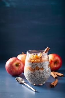 Pudding au chia avec pommes mijotées à la cannelle et beurre d'arachide