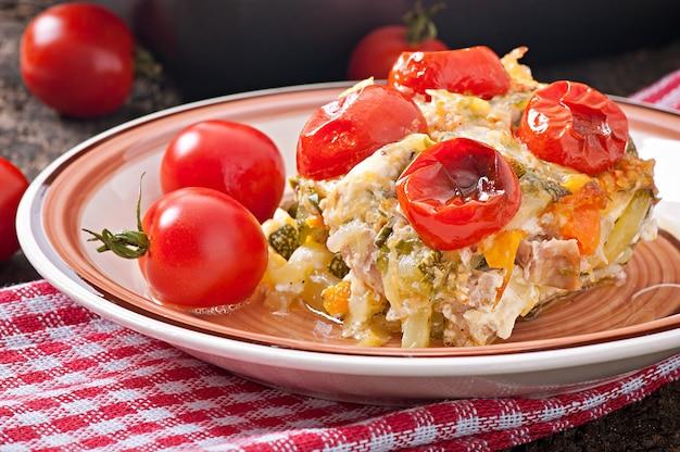 Pudding au four à partir de jeunes courgettes, carottes, oignons et fromage et lait aromatisés au poulet