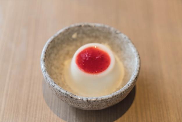 Pudding au lait avec sauce aux fraises