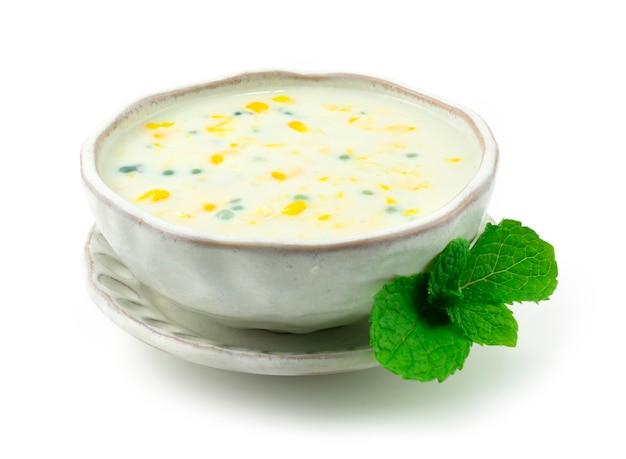 Pudding au maïs sucré et au sagou et au tapioca lait de coco (bubur jagung) vue latérale de style dessert cambudien